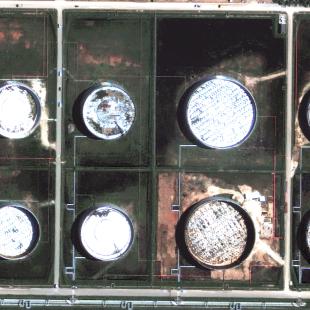 Geoeye PSM de 0.50 m de resolução, cores naturais, zoom de área de estocagem da Refinaria em Araucária - PR