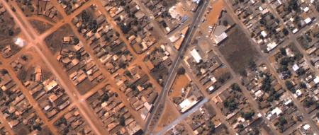 Imagem Kompsat 3A modo PSM, 40 cm de resolução em cores naturais de uma área urbana mixta, escala 1:2.000