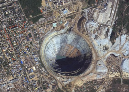 Imagem KOMPSAT-3A  de 40 cm de resolução, cores naturais da mina de diamantes de Miorna Sibéria,adquirida em 17 de Agosto de 2016.