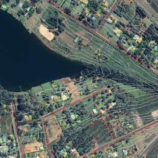 Ikonos PSM, 1 m de resolução, área residencial de Brasilia - DF com curvas de nível e delimitação de áreas construídas sobrepostas